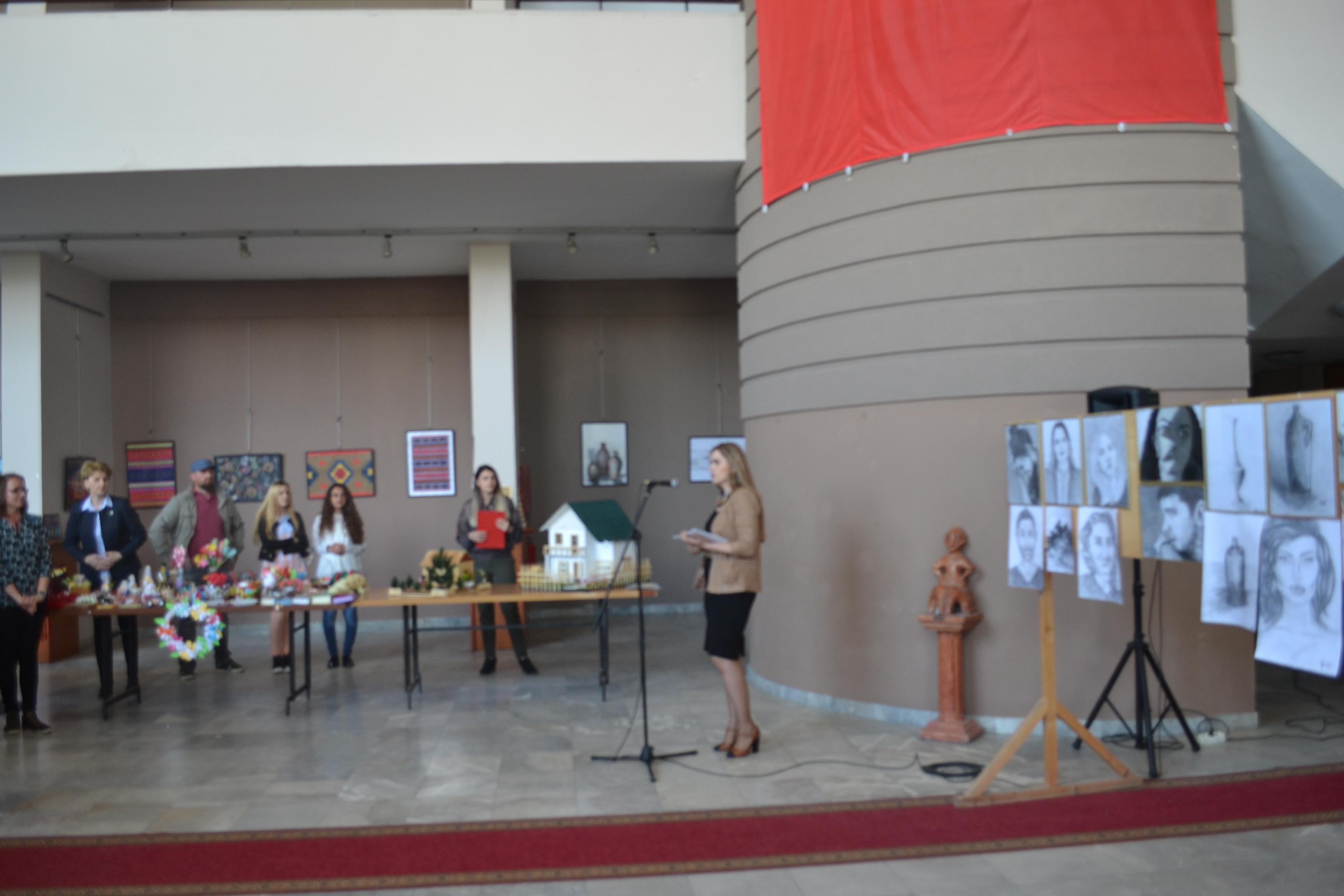 Studentët e Edukimit hapen ekspozitë me punime artistike