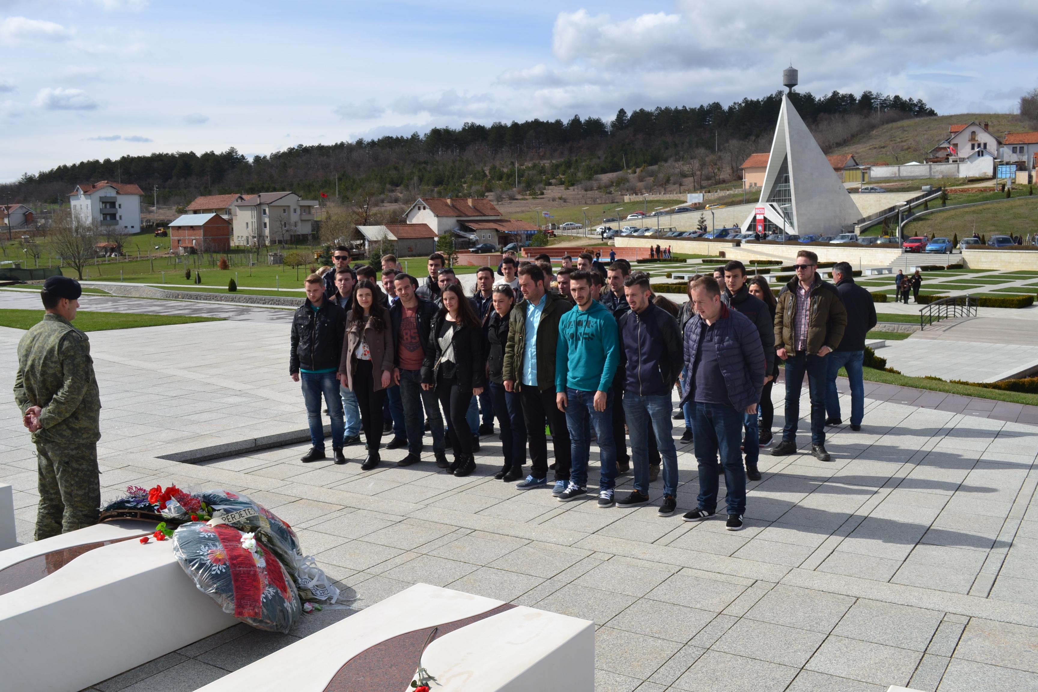 Studentët Gjatë Një Vizite Në Kompleksin Përkujtimor Në Prekaz (mars 2016)