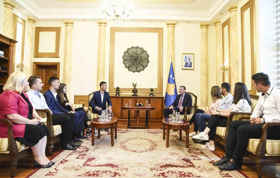 Studentët vizituan Kuvendin e Kosovës dhe u takuan me kryetarin, Kadri Veseli