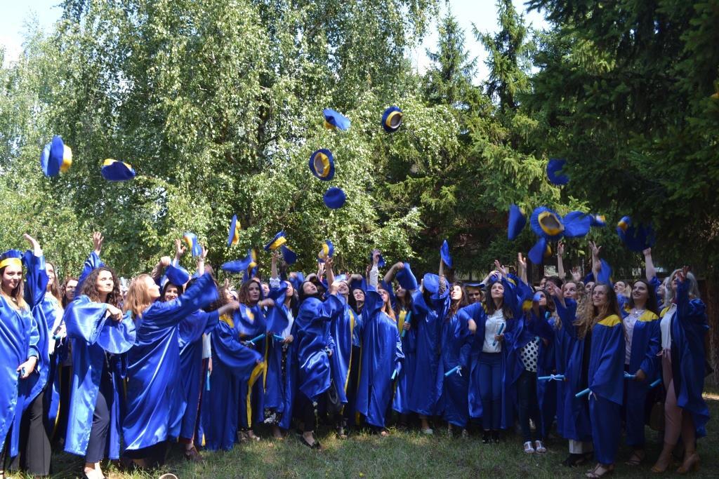 Diplomoi gjenerata e parë e studentëve në Fakultetin e Edukimit