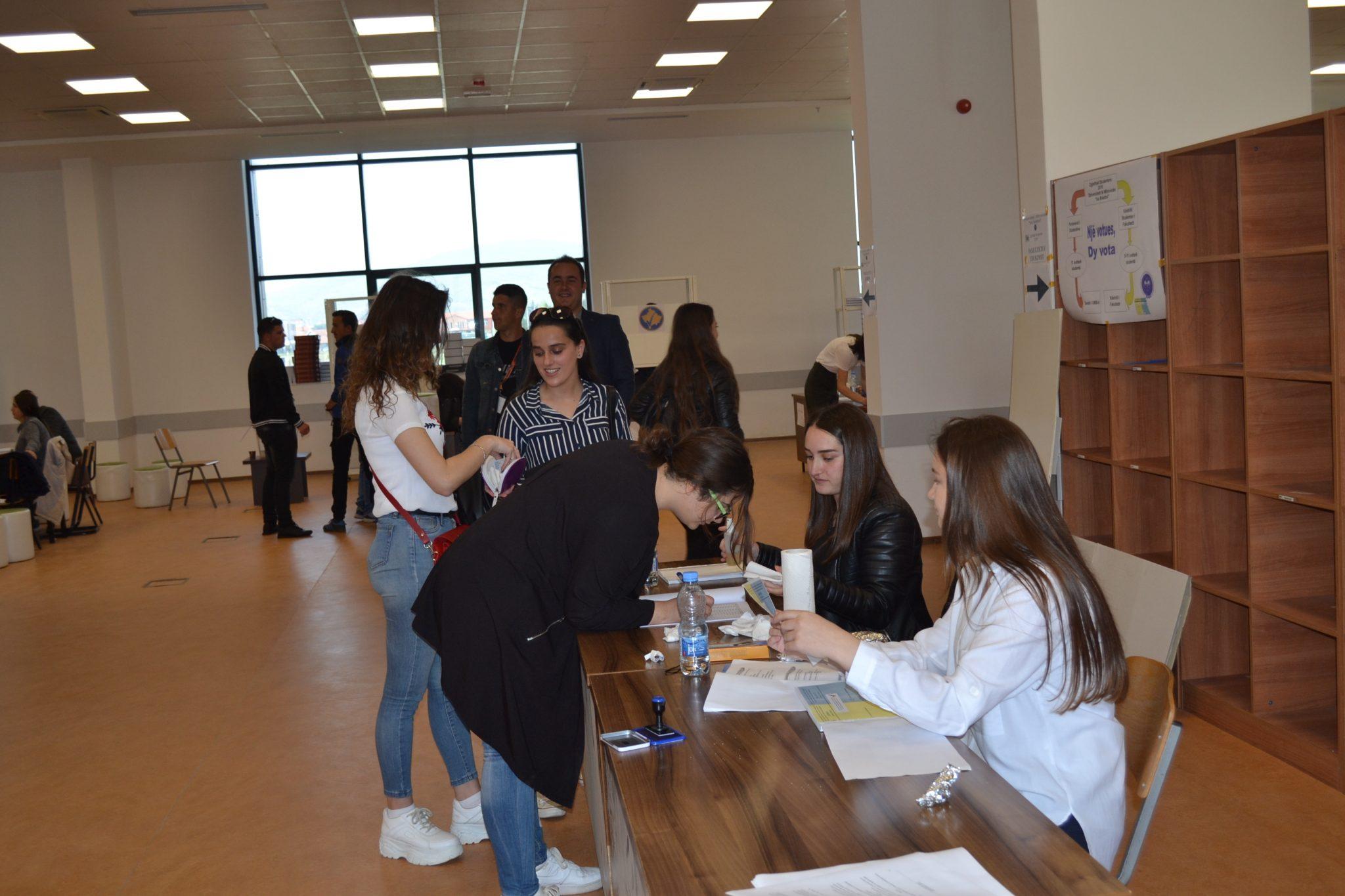 Studentët po votojnë për Parlamentin Studentor dhe Këshillat e Studentëve